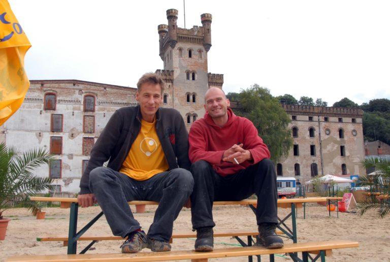 Rayk Goetze (l.) mit seinem Künstlerfreund Chris Hinze 2006 in der Speicherstadt.