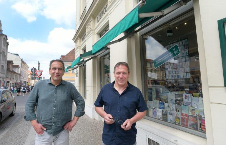 """Buchhändler Jens (links)und Stefan Bellin vom """"Internationalen Buch"""" in der Brandenburger Straße Foto:Bernd Gartenschläger"""