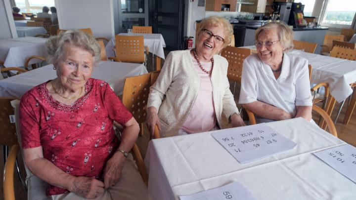 Bingo mit Aussicht: Wie drei Seniorinnen sich den Alltag im zwölften Stock versüßen