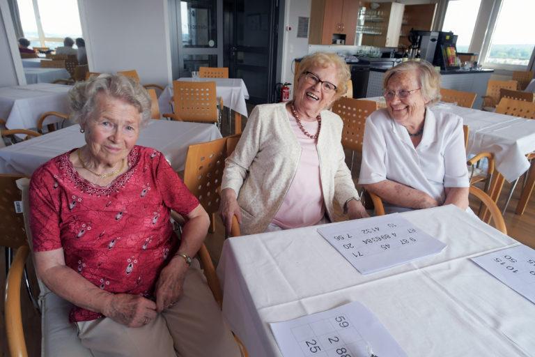 Helga Arwa, Inge Back und Else Vösgen (von links nach rechts) treffen sich jede Woche zum Bingospielen. In der Seniorenresidenz leben die Damen gern.