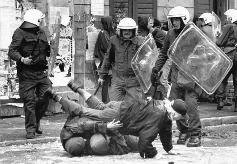 Großeinsatz der Polizei gegen Hausbesetzer in der Gutenbergstraße 1993.